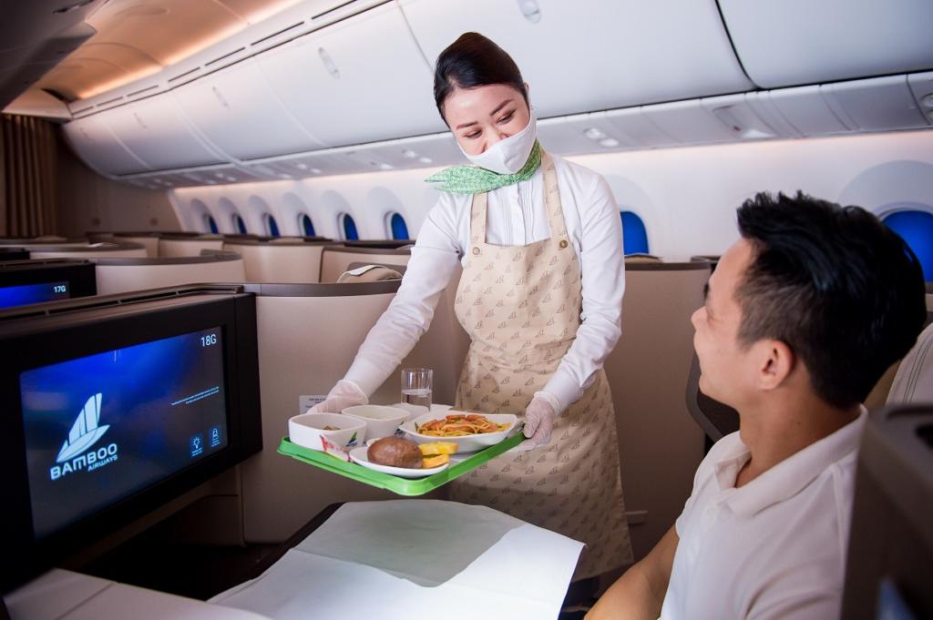 Bamboo Airways phục vụ đồ ăn trên máy bay